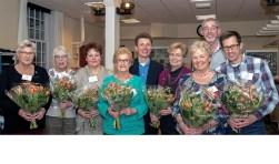 Zeven vrijwilligers van het Alzheimer Café in Brielle zijn in het zonnetje gezet. (Foto: Jos Uijtdehaage)