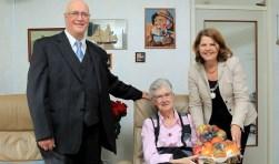 Nico Verstraten en zijn vrouw vierden hun 60-jarig huwelijk. Burgemeester Marja van Bijsterveldt bracht hen een bloemetje. Ook Martin Stoelinga van Onafhankelijk Delft vierde het feest mee.