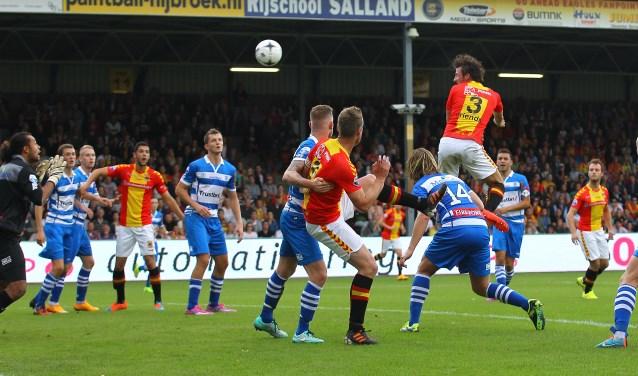 Bart Vriends kopt op 19 oktober 2014 raak tegen PEC Zwolle en zet Go Ahead Eagles daarmee op een 3-1 voorsprong. (Foto: Erik Pasman)