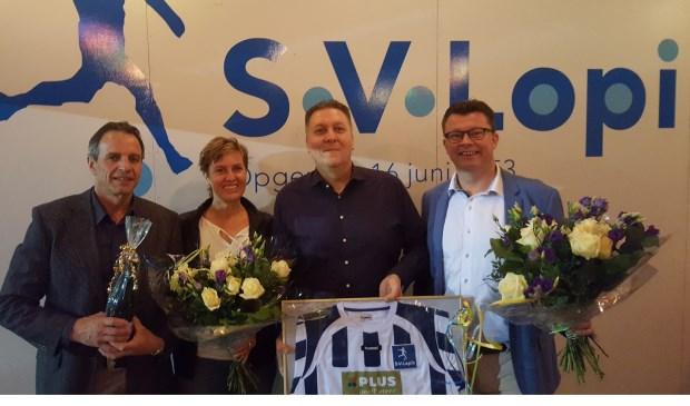 Sponsoren Arie en Willy Stekelenburg va LopikFit en Harold van Velzen van Plus van Velzen samen met voorzitter Robert Bakker. Foto: Sponsorcommissie SV Lopik