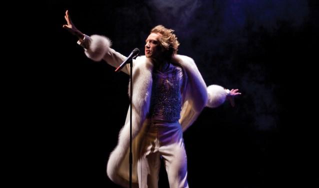 Sven Ratzke werd door het Het Parool 'de liefdesbaby van Eddie Izard en David Bowie' genoemd en dat is niet voor niets, zoals te zien is in de Late Night Show (foto: Hanneke Wetzer)