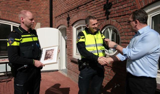Loco-secretaris overhandigt aan de politie de sleutel van de inloop voor het politiespreekuur in het gemeentehuis. Foto: Eveline Zuurbier