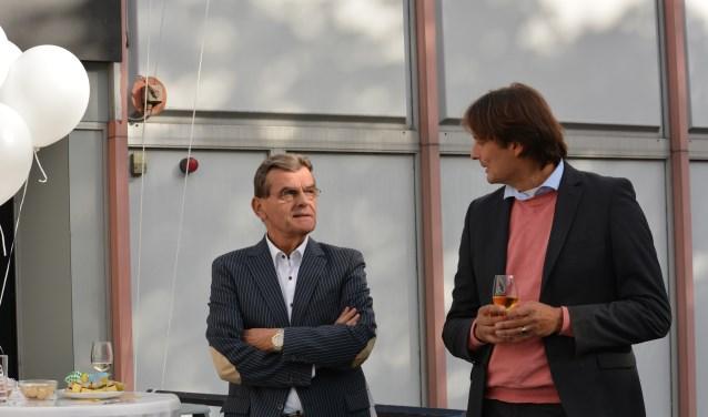 Wethouder Gerard van As (links) bij de starthandeling van de verbouwing van kantoorpand Rijnstaete tot wooncomplex met kleine appartementen.