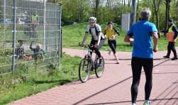 Rennen en fietsen op het paadje achter de voetbalvelden in Voorthuizen. De verkeersregelaar heeft het er druk mee. (foto: Danny van Zeggelaar)