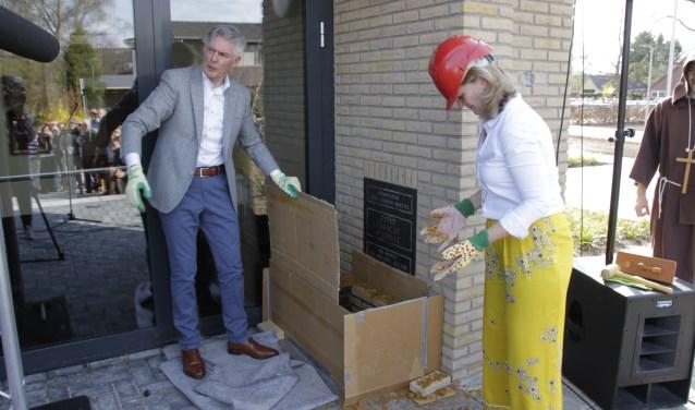 Rector Jan Put en zijn opvolgster Gitti Burema moesten opnieuw een muur weg bikkelen om een gedenkwaardig monument tevoorschijn te halen. Foto: Eveline Zuurbier