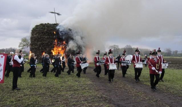 Het paasvuur aansteken is in Zieuwent omgeven met veel traditie. Foto: Eveline Zuurbier