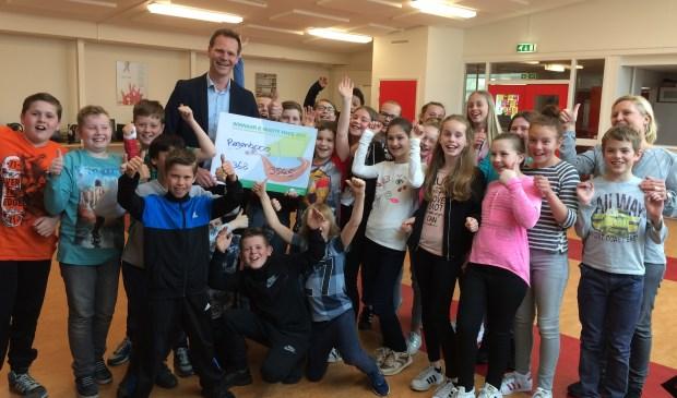 De winnende kinderen van basisschool De Regenboog uit Rozenburg.