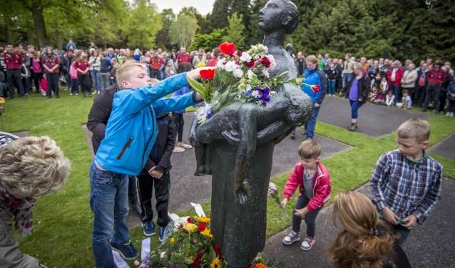 Dodenherdenking vindt al jaren plaats in hetVolkspark. Bij de beeldengroep van Mari Andriessen wordt om 20.00 uur twee minuten stilte in acht genomen. Foto: Emiel Muijderman / TC Tubantia
