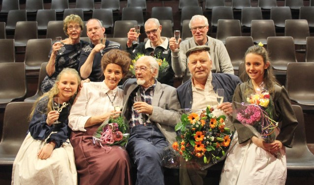 Schrijver Albert de Kuijer (88), temidden van Miete en haar gezin en achter zich tekst- en muziekschrijvers en regisseur Piet de Bruin. (Foto: Lysette Verwegen)