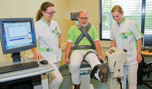 Fysiotherapeuten Ellen Oosting, Peter Palma en Jacquelien den Hollander proberen de Biodex uit (foto Ernst-Jan Brouwer)