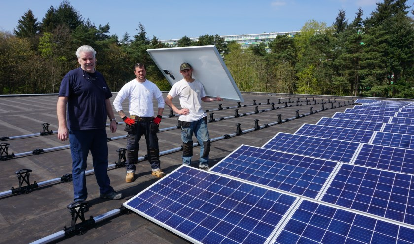 Green Recovery installeert de zonnepanelen op het dak van Biga Groep. Van links naar rechts Henk, Dimitri en Jeffrey. Foto: Marco Krul.
