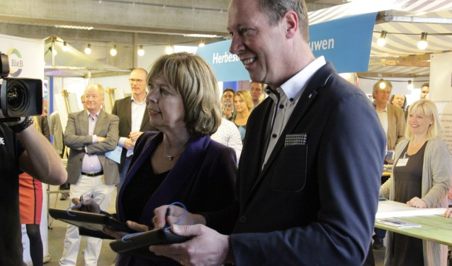 De wethouders Ingrid Lambregts (Doetinchem) en Ted Kok (Aalten) lanceren nieuwe website 'Achterhoeks vastgoed in de etalage'. Foto: Eveline Zuurbier