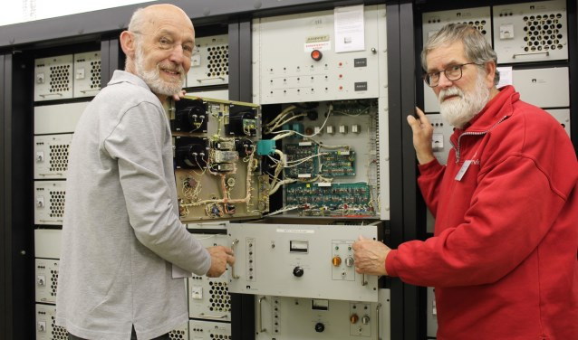 Rein Simons en collega Ed, twee van de vijftien vrijwilligers, genoten  van de laatste bezoekers aan het museum. (Foto: Lysette Verwegen)