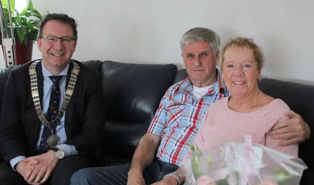 Burgemeester Van Domburg feliciteerde een actief gouden paar Eberg. (Foto: Lysette Verwegen)