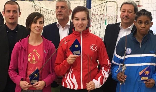 Elke van Achterberg (midden) is helemaal terug. Ze won goud op het toernooi Challenge des Joinvillais in het Zuid-Franse Antibes. (Ingezonden foto)