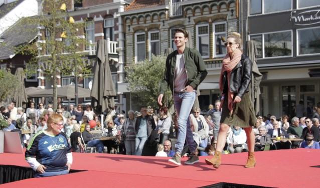 Lente in Lichtenvoorde: de maandelijkse open zondag begon met een modeshow gadegeslagen honderden mensen die genoten van de lentezon. Foto: Eveline Zuurbier