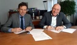 Van links naar rechts: Marien Kleinjan (AM Utrecht) namens Grondbank Bennekomseweg Ede en Hans Koopman namens Kelderman Bouw.