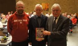 Kees Heitink (links) en Ad Nooij overhandigden het eerste exemplaar van alweer de tweede druk van hun boek Bennekom, Joods toevluchtsoord 1940-1944 aan burgemeester Cees van der Knaap. Foto: HVOB.