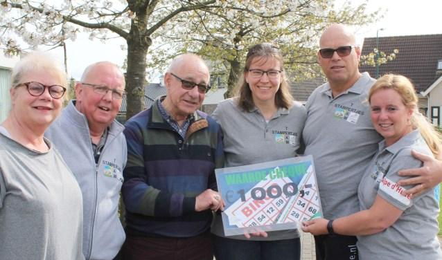 Corrie Manschot en Nico van Sijl overhandigen de cheque aan team Stampertjes: Wil van Doorn, Linda Baars en William en Caroline Zomer. Foto: Lysette Verwegen