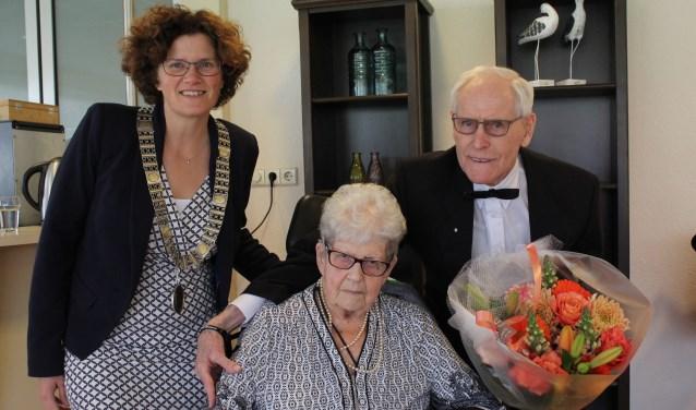 Loco-burgemeester Marijke van Beukering bezocht het briljanten paar Van Dijk. (Foto: Lysette Verwegen)