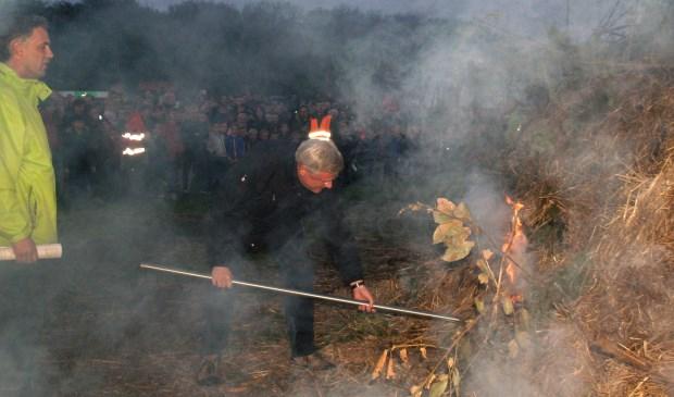 Burgemeester Andries Heidema stak het paasvuur in Schalkhaar aan.