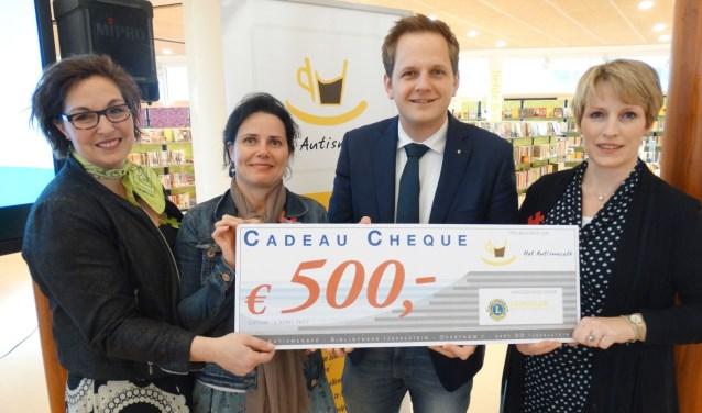 Het ouderteam van het Autismecafé – Patricia Huizing, Martina Kuivenhoven en Cora Koehorst – ontvangen een cheque van Lion Bas van der Horst. (Ingezonden foto)