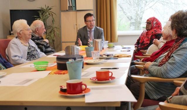 Het bezoek van burgemeester Van Domburg was een van de activiteiten in De Huiskamer Sterrenwacht. Hij praatte bij een kopje koffie mee tijdens een ontspannen gesprek. (Foto: Lysette Verwegen)