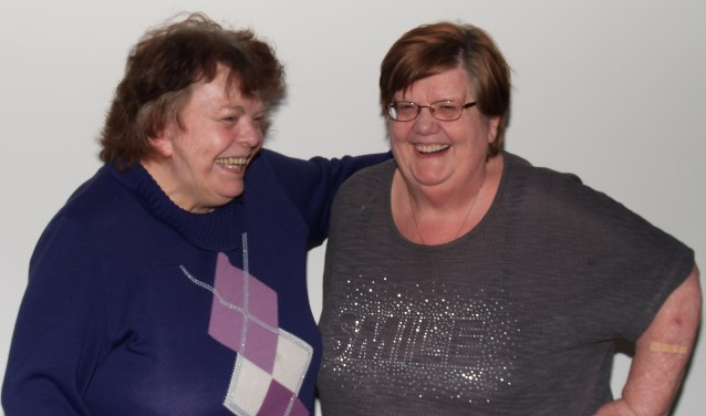 Betsy Brouwer (rechts) enNeel Haan- Engelgeer (links) hebben zin in de reünie.