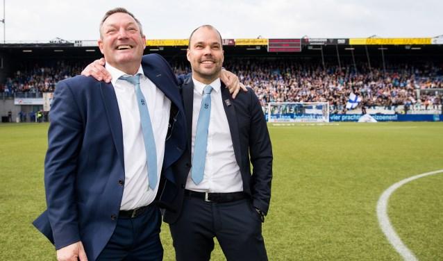 """Gerard Nijkamp (rechts) en Ron Jans na afloop van de wedstrijd tegen Heerenveen van afgelopen zondag. Nijkamp: """"Gelukkig hebben we het op eigen kracht af kunnen maken en konden we Ron het afscheid geven dat hij verdient.""""(Foto Henry Dijkman)"""