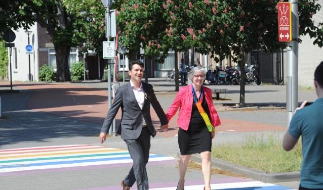 Wethouders Eric Logister (Den Bosch) en Annemieke van de Ven (Oss) op het regenboogzebrapad in Oss.