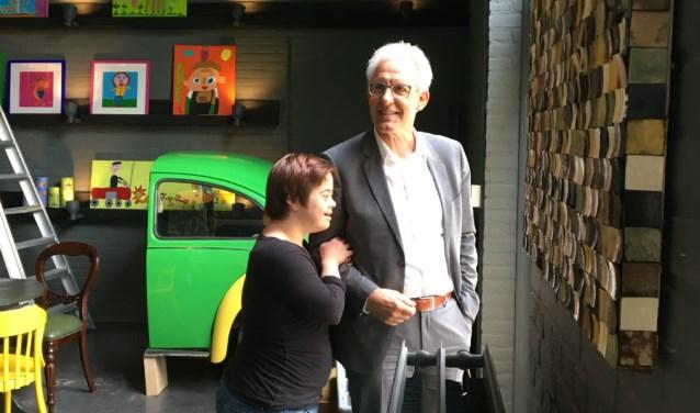 Directeur Jan Duenk krijgt een rondleiding. Het ziet er bijzonder uit, Bij Johannes aan de Montaubanstraat 84. Foto: Asta Diepen Stöpler