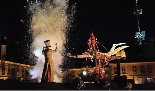 Op de Brink start de spectaculaire paradevoorstelling 'Firebirds' van Theater Titanick (Duitsland).