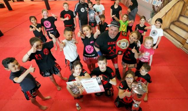 Dennis Verhoeven, te midden van alle sportende kinderen bij Fidan Gym. Foto: Bert Jansen.