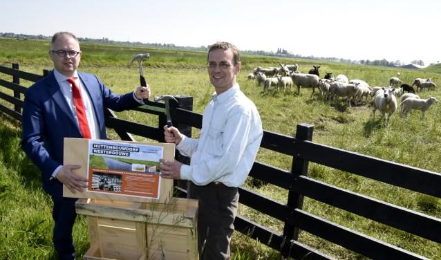 Wethouder Rogier Tetteroo en Martin Pohlkamp van huttendorp Noorderhout markeren de locatie voor het nieuwe huttendorp in Westergouwe. Foto: Marianka Peters