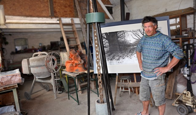 Joris Baudoin in zijn atelier. Links is het oranje aardewerk te zien. De Ketting geeft de verankering aan de Waal weer. De tekenings refereert ook aan Heerewaarden. Foto: Hans van Eeuwijk