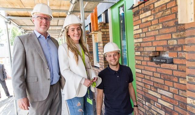 Kopers Stephanie Heezen en Danny Maaskant metselden samen met wethouder Goedknegt de symbolische eerste steen in hun nieuwe woning. Foto: BPD