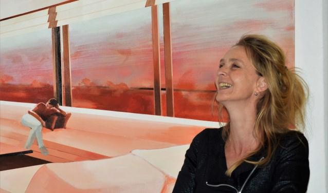 Marit Otto bij haar laatste schilderij 'Lethargia'.
