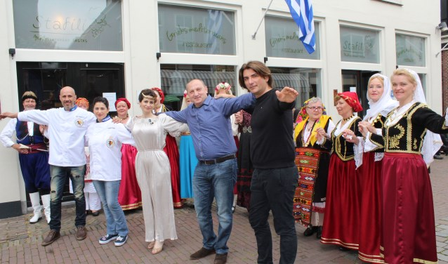 Het 1-jarig bestaan van restaurant Stafili werd een waar mediterraan feest. (Foto: Lysette Verwegen)