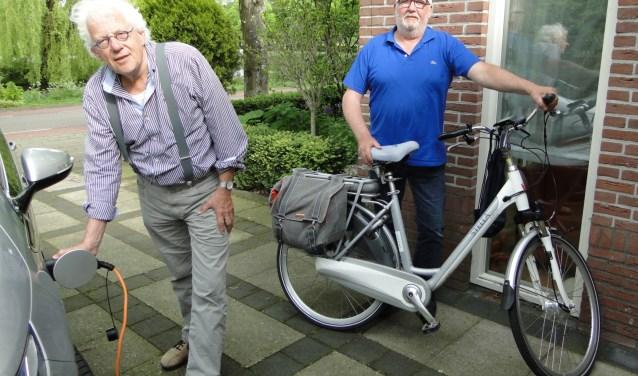 Henk Brouwer (links) en Joop van Vliet gebruiken allebei zonne-energie voor hun vervoersmiddel.