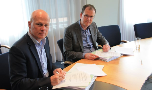 De ondertekening met links René Biesheuvel, rechts Alfred van den Bosch. (foto: pr)