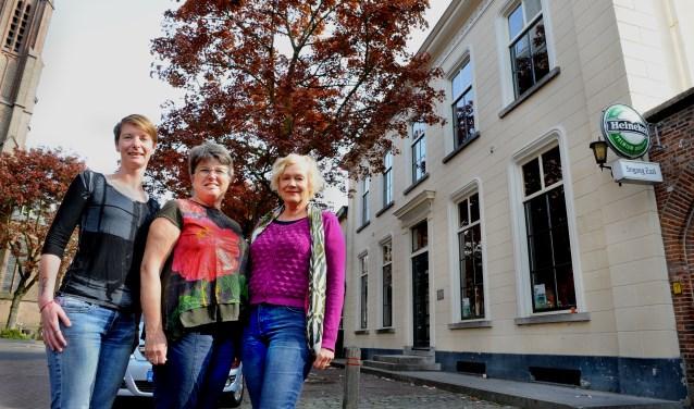 Stadsmuseum Bergh wordt gerund door vrijwilligers. Op de foto staan vlnr de vrijwilligers Lotte Bremer, Adri van den Dikkenberg en Maria Gertsen voor het Joannes van Esserenhuis. (foto:Roel Kleinpenning)
