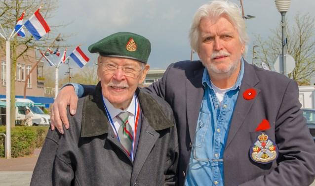 Veteraan Ken Froland met Theo Zuurman tijdens Bevrijdingsdag 2015. Ken verkeerde toen nog in een goede gezondheid. (Foto W.S.F.)