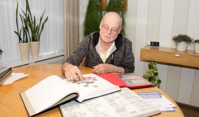 Voorzitter Henk Grievink van de postzegelvereniging De Achterhoek heeft een kamer vol albums. Foto: Eveline Zuurbier