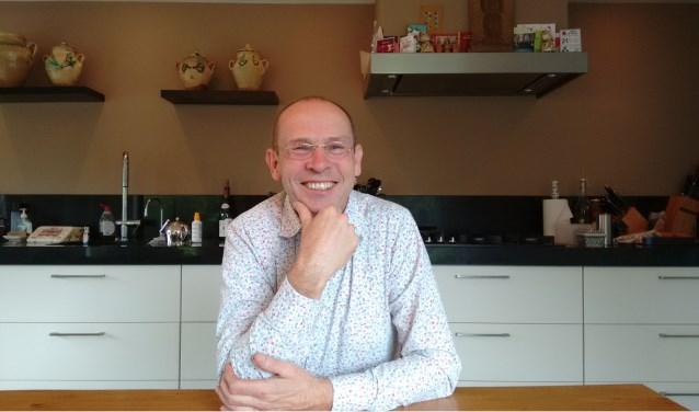 """Rogier Sluyter, de vrijwilliger van deze week, aan tafel. """"Mijn leven speelt zich vaak af rond een tafel."""""""