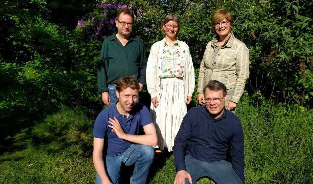 Hans Vader, Marjolein Dannenburg, Ali Hendriksen (achter), Rik Helmes, Leonard Krijgsman (voor) vertegenwoordigen CCW