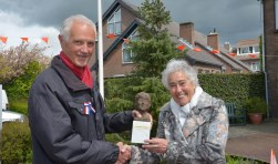Maria van den Hondel kreeg kreeguit handen van Albert Dening het door haar zelf vervaardigde beeldje, behorende bij de Papekopper van het Jaar. (Tekst en foto: Paul van den Dungen)