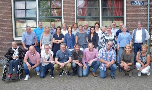 De oud-leerlingen van de Carolusschool moesten ook nog even op de groepsfoto. (Tekst en foto: Paul van den Dungen)