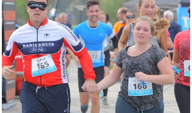 Bartiméus Sonneheerdt hoopt tijdens ZwolleDate vrijwilligers te ontmoeten die een 'blind run' in Zwolle willen organiseren. Dat is een sponsorloop waarbij koppels samen rennen. De een kan zien, de ander is blind, slechtziend of geblinddoekt.  (Foto: Bartiméus Sonneheerdt)