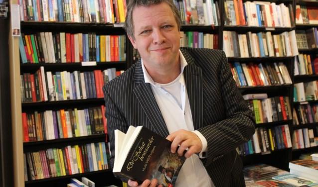 Huib Veldhuijsen, voormalig IJsselsteins raadslid en wethouder ontpopt zich zoekend naar zijn familiegeschiedenis als schrijver. Zo ontstond De Schatbewaarder. (Foto: Lysette Verwegen)