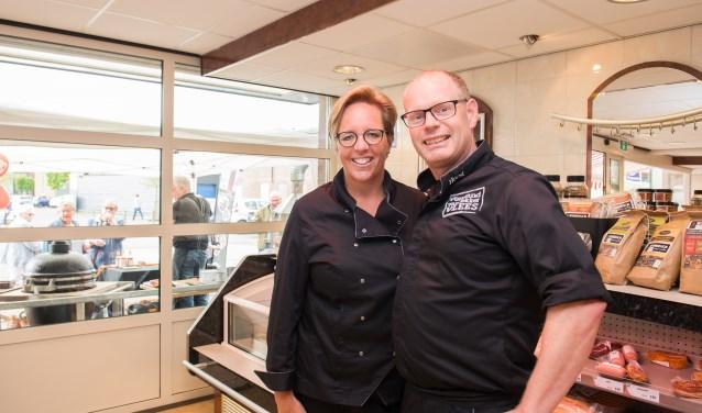 Yvonne en Marco Jurriëns van Keurslager Horst vieren tijdens de Dag Van De Slager ook dat ze tien jaar ondernemer zijn. Op de achtergrond serveert Wim Moerbeek van Het Rokertje spareribs uit. Foto: Dennis Dekker